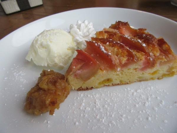 カフェミッテ、りんごとモモのケーキ